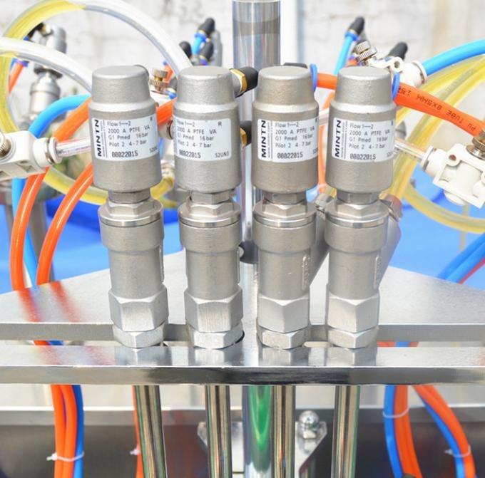 El PLC controla la máquina que capsula de la botella de cristal con 4 boquillas